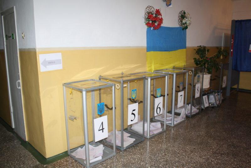 Стрільба фарбою та фотографування бюлетенів у день виборів мера Краматорська