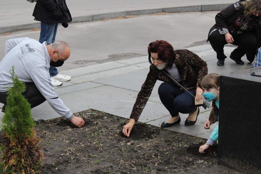 У Лисичанську висадили соняшники на знак відповідальності