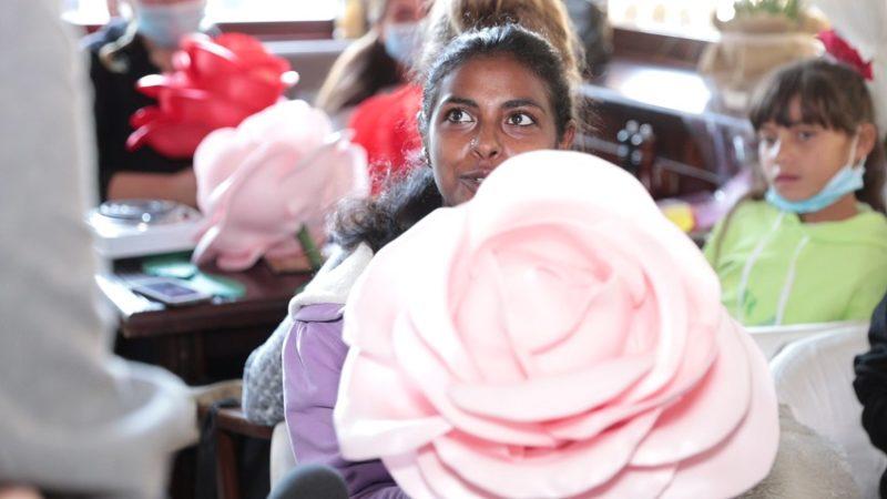 Квіти для ромок: у Костянтинівці вчили ромських жінок та дівчат робити декор